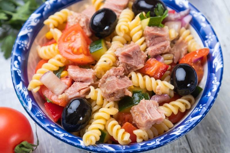 Salata s tunjevinom i rezancima