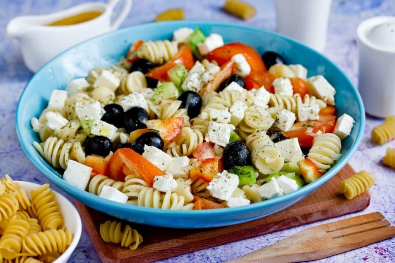 Salata s fetom i makaronima